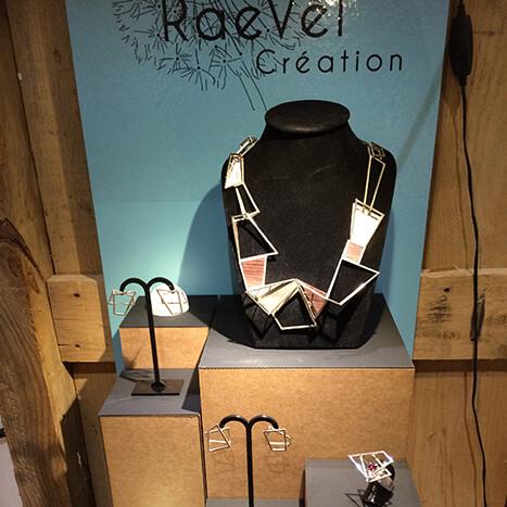 Les bijoux de Raevel Création dans une boutique à Honfleur